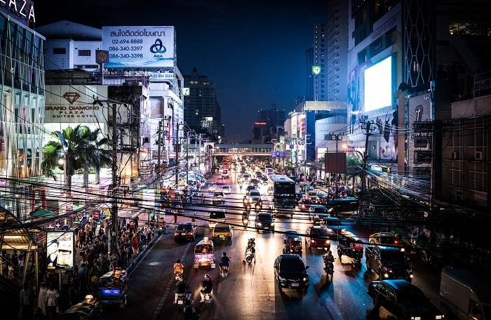 Tre ragazzi in fuga dall'Italia cercano fortuna a Bangkok